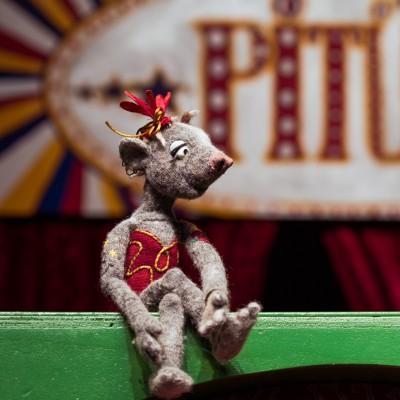 Rufus und die Maus auf der Drehorgel